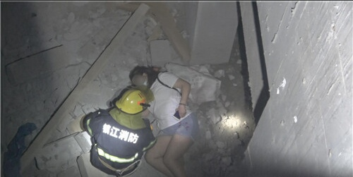 女设计师夜间量房,不慎坠入6米多深通风井