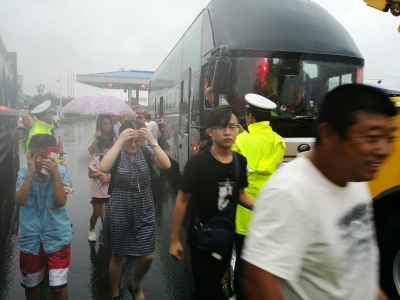 """""""安比""""来袭大客车抛锚,37名乘客被困泰州大桥"""