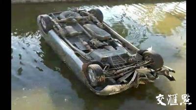 暖新闻丨面包车倒扣河中,两名路人救起4人后悄悄离开