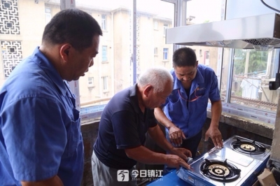 为完成老孙头的小心愿,他们捐款捐物、装好了燃气