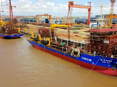 两艘6500方耙吸式挖泥船在江苏启东下水