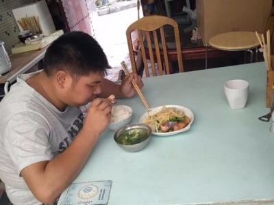 """【暖新闻】丹阳一快餐店主""""捡""""了个儿子 背后故事让人感动"""