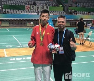 脱颖而出的左手将 镇江体校13岁少年擒获省运会羽毛球比赛冠军