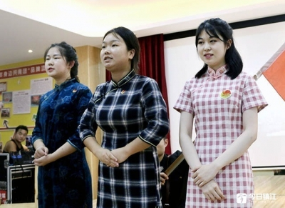 青年自导自演舞台剧 重温历史珍视和平
