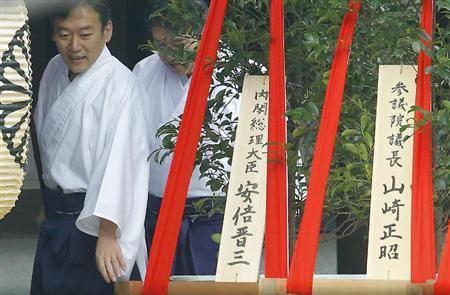 """今天这个特殊日子,安倍虽未亲自祭拜靖国神社,但送上了""""心意"""""""