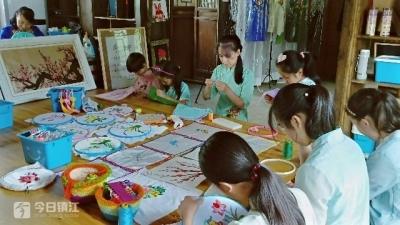 过个传统节 这群学生着汉服学刺绣做得有模有样