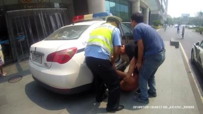 一男子意外被烧伤 丹徒交警争分夺秒送医