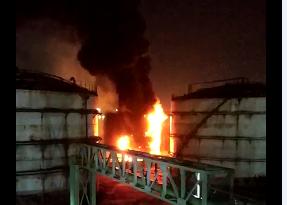 江南化工厂5日晚发生方罐起火 无人伤亡