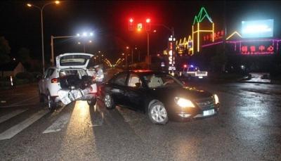 小伙闯黄灯酿事故,还怨女司机开车慢