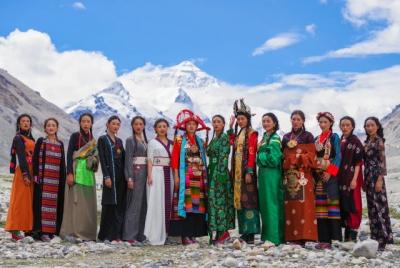 """""""格桑花开""""西藏民族服饰秀亮相珠峰大本营"""