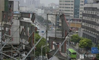 丹阳:广告牌安全无小事 城管队员做了这些事
