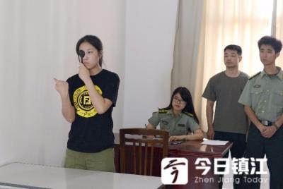 镇江98名女青年在丹阳接受女兵预征初检