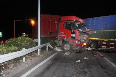 深夜,半挂车闯红灯撞坏大货车