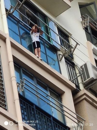 6楼阳台惊现5岁男孩 命悬一线!  10分钟火速救援 警民合力救下!