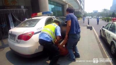 工人装潢时意外被电伤 丹徒交警抢得宝贵救治时间