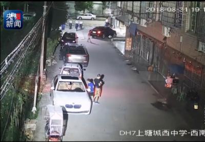 浙江8岁小女孩路边玩耍被卷车底 交警判定家长司机同等责任
