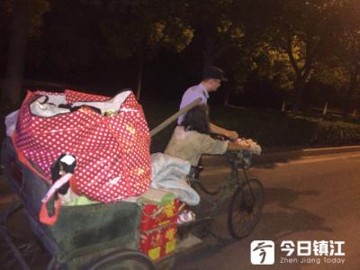 暖心!拾荒老人深夜累倒路边,民警一路护送回家获点赞