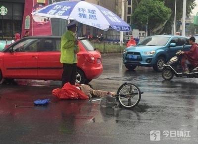 老人早高峰受伤倒地不起  执勤辅警雨中一幕暖心