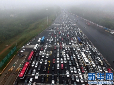 """6小时驶5公里! 中秋返乡路缘何成""""大型停车场""""?"""