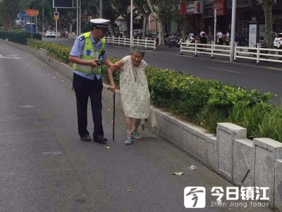 高峰期九旬老人误入快车道,危险重重!民警发现及时化险为夷