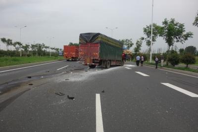 国道上两货车追尾致驾驶员七根肋骨骨折