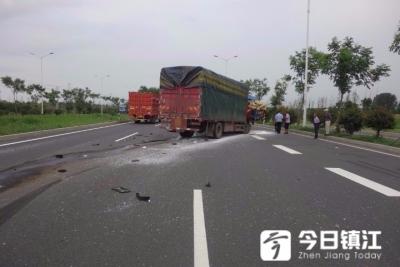 新312国道两大货车追尾:后车车头损毁严重 驾驶员七根肋骨骨折