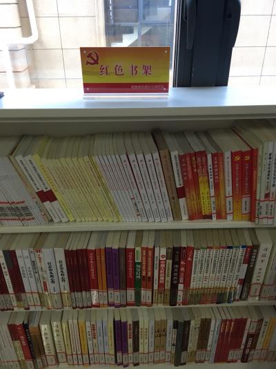 石马湾社区的党员们有了一个阅读红色书籍的好地方