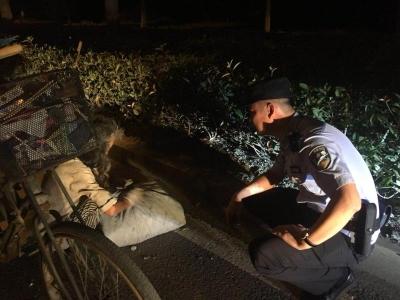 拾荒老人深夜晕倒路边,民警一路护送并帮拉车