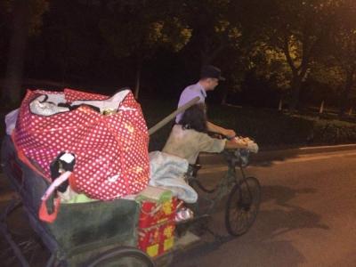 拾荒老人深夜晕倒路边,民警一路护送帮其拉车