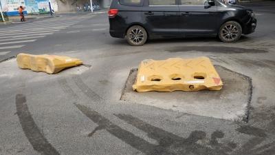 为解决积水,疏通管道,丁卯桥路施工方开始打洞找井盖