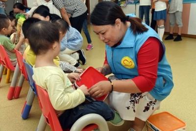 马家山社区看望福利院儿童