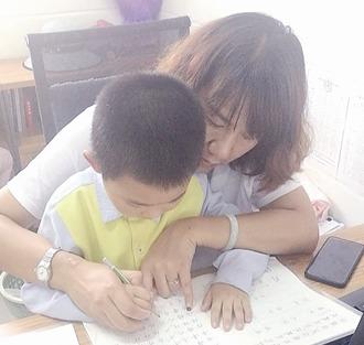 【暖新闻】如妈妈般手把手教孩子写字 句容这位女教师无意之举感动圈内圈外人