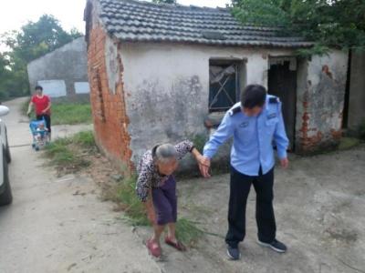 90岁老人街上迷路   民警护送回家
