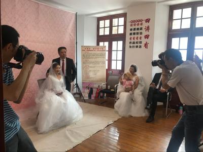 镜头凝固真情 瞬间化为永恒 润州区金婚银婚老人免费拍婚纱照圆多年夙愿