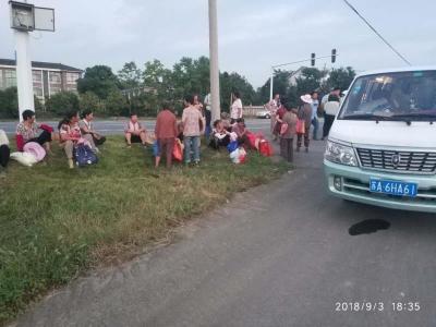 一个真敢拉 而一个个还真敢坐  一辆6座面包车硬是挤进了22人