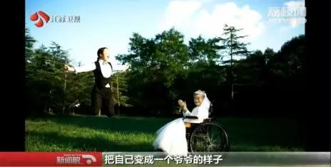 【暖新闻】我来当爷爷!女孩反串新郎,陪96岁奶奶拍婚纱照,一句话暖哭