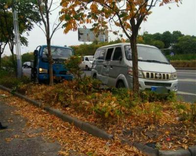 真险!338省道丹徒路段两车一同冲上绿化带,所幸未造成人员受伤