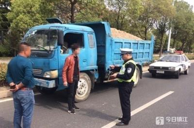 蜀黍都惊呆了!核载1吨的车辆装了13吨 为逃处罚车主躲进绿化草丛