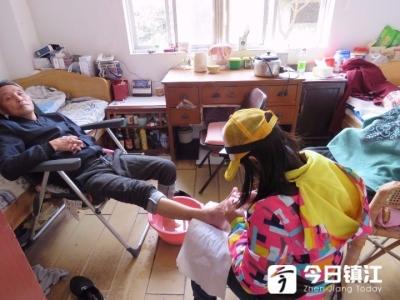 包饺子、理发、修脚、表演节目  重阳节雷锋车队走进老年公寓陪老人们过节