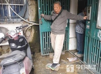 镇江宋官营一幢居民楼每天遭污物阻路 社区给出解决方案