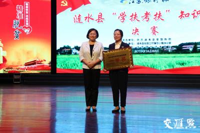 """扶贫日,江苏一县的10余乡镇党委书记上台向群众口头做""""答卷""""获赞"""