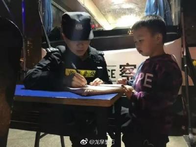 小朋友在马路边捡到5毛钱,送到警察手里边得到的回应让网友纷纷叫好