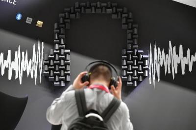 点赞!中国青年在肯尼亚创业卖耳机 总统登门订购