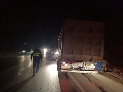 """""""凌晨4点多钟还查车,真服了""""  公路夜查竟有12辆超载货车显原形"""
