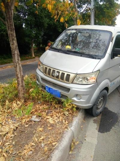 338省道丹徒路段两车一同冲上绿化带