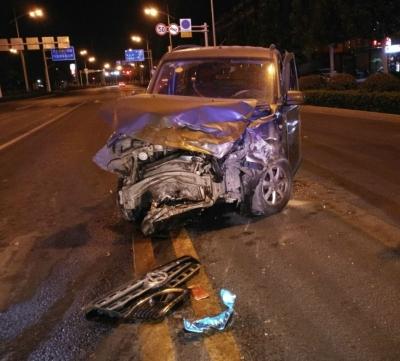 SUV闯红灯酿惨祸  两车相撞面目全非