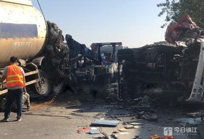 货车驶入相对车道撞残槽罐车 致死一人