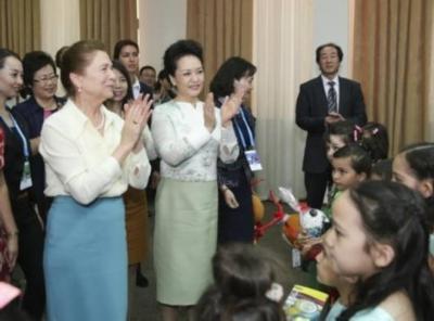 彭丽媛向联合国教科文组织第三届女童和妇女教育奖颁奖仪式致贺词