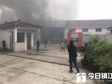 丹阳加油站附近发生火灾 现场浓烟滚滚
