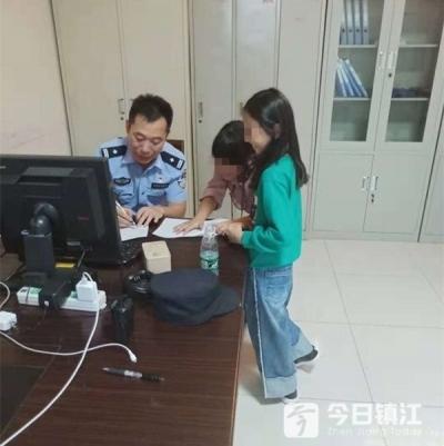 苏州两女孩结伴随大流上了高铁,在镇江站她们被接下了车……